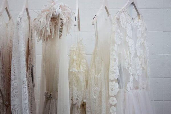 透け感トップス どう着る?インナーは何着ればいい?